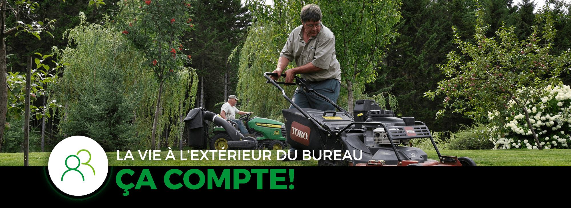 Hommes tondant pelouse, tracteur et tondeuse